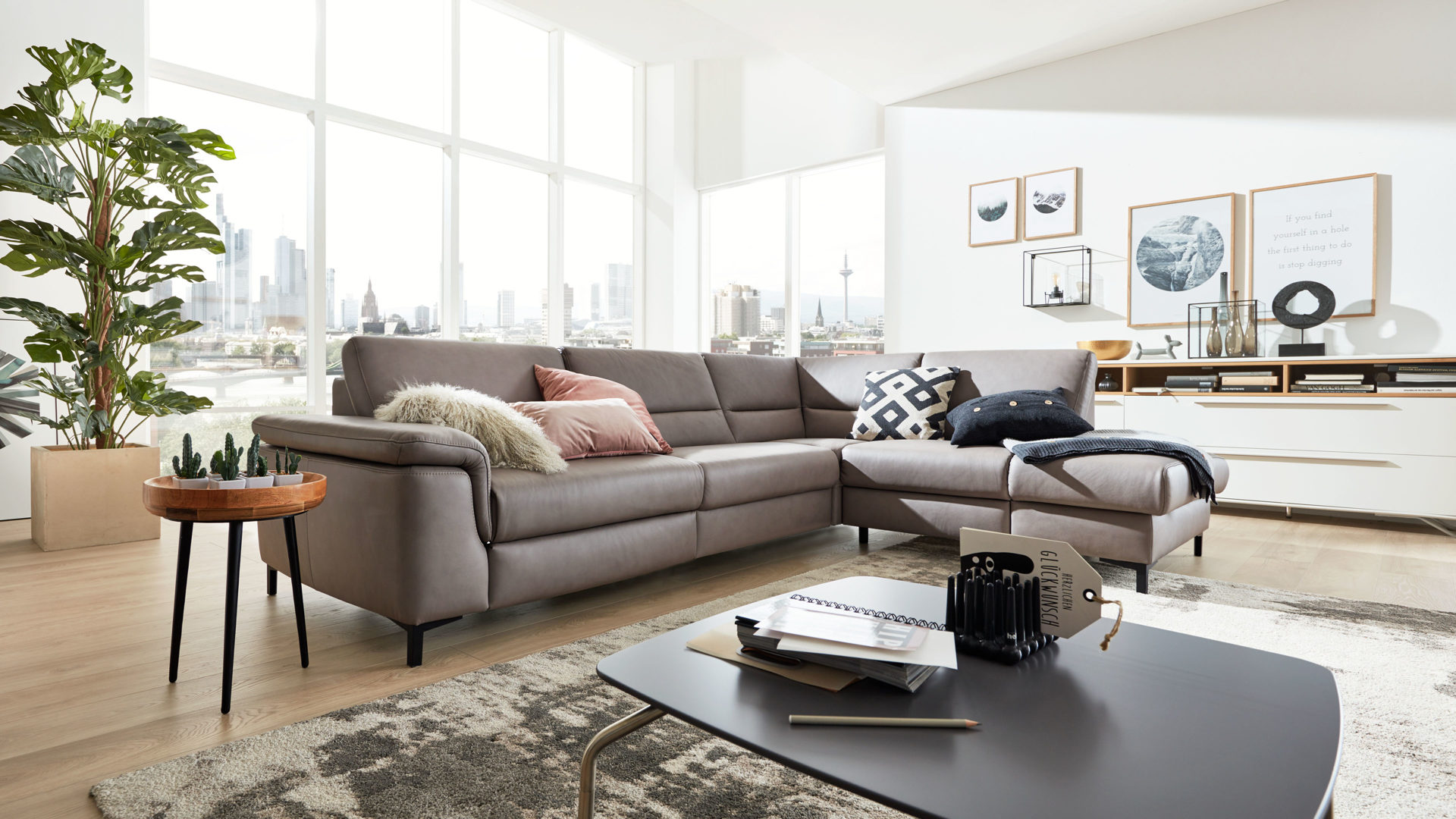 Ecksofa Interliving aus Leder in Grau Interliving Sofa Serie 4355 – Ecksofa mit Federkernpolsterung granitfarbenes Leder Vivre & schwarze Profilfüße – Stellfläche ca. 290 x 211 cm