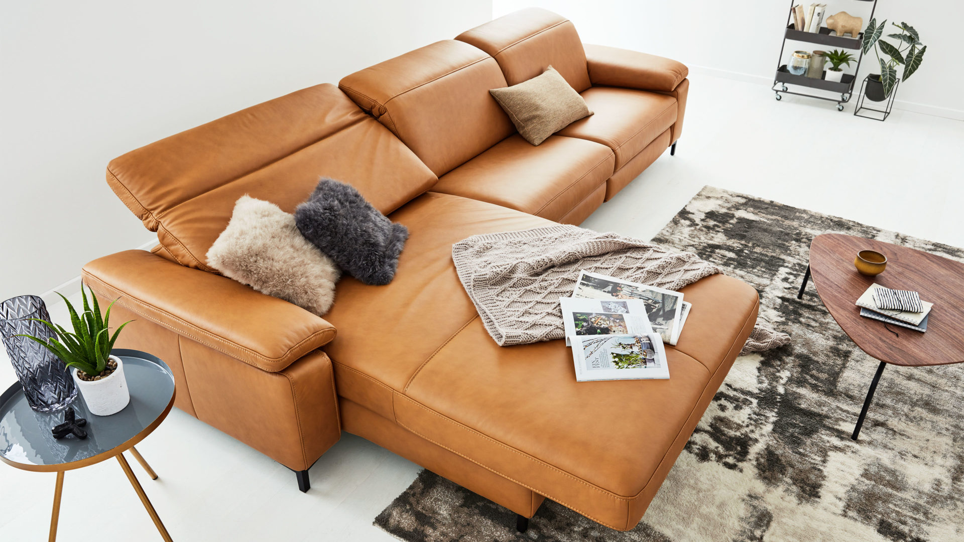 Ecksofa Interliving aus Leder in Gelb Interliving Sofa Serie 4054 – Ecksofa mit Relaxfunktion kurkumafarbenes Leder Vivre & schwarze Metallfüße – Stellfläche ca. 176 x 347 cm