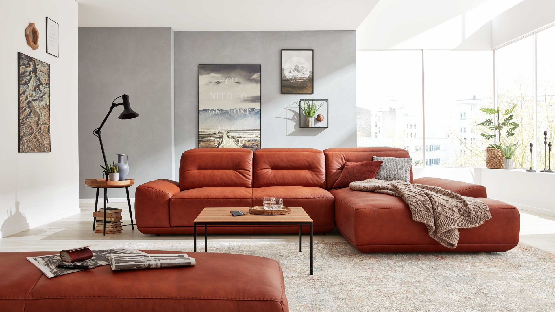 Ecksofa Interliving aus Leder in Orange Interliving Sofa Serie 4000 – Ecksofa cognacfarbenes Leder Z31.50 – Stellfläche ca. 310 x 209 cm